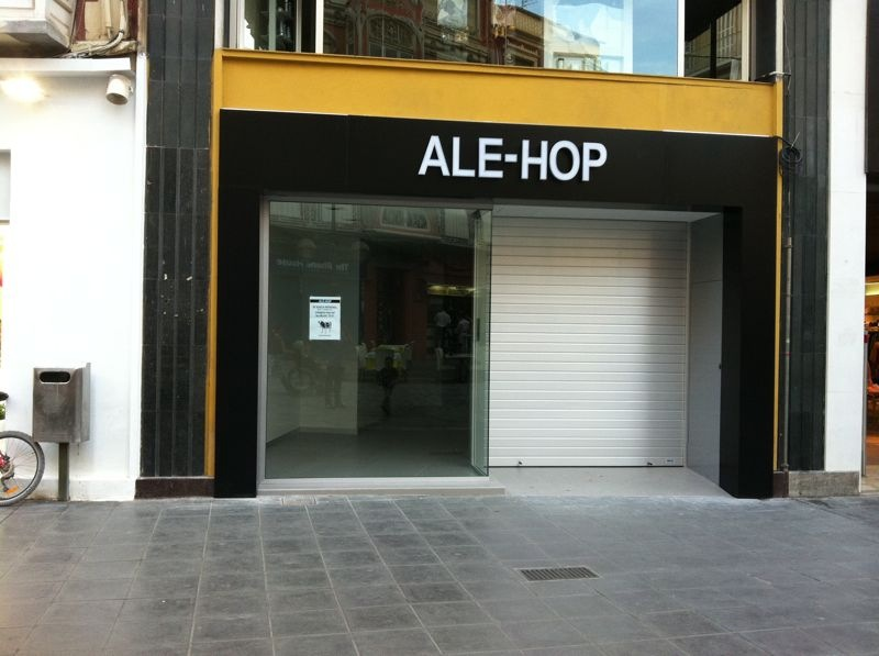 Puerta enrollable ciega en un local comercial